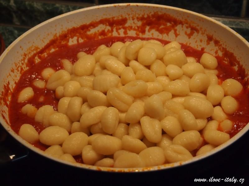 italské gnocchi s rajčaty