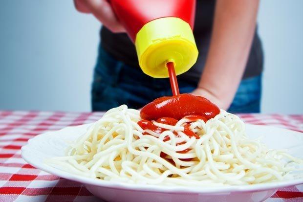 těstoviny s kečupem