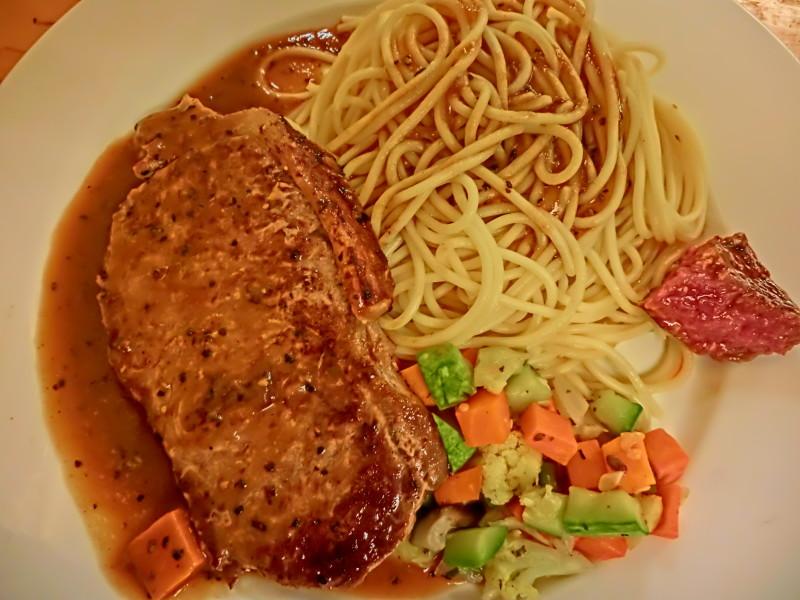 steak s těstovinami