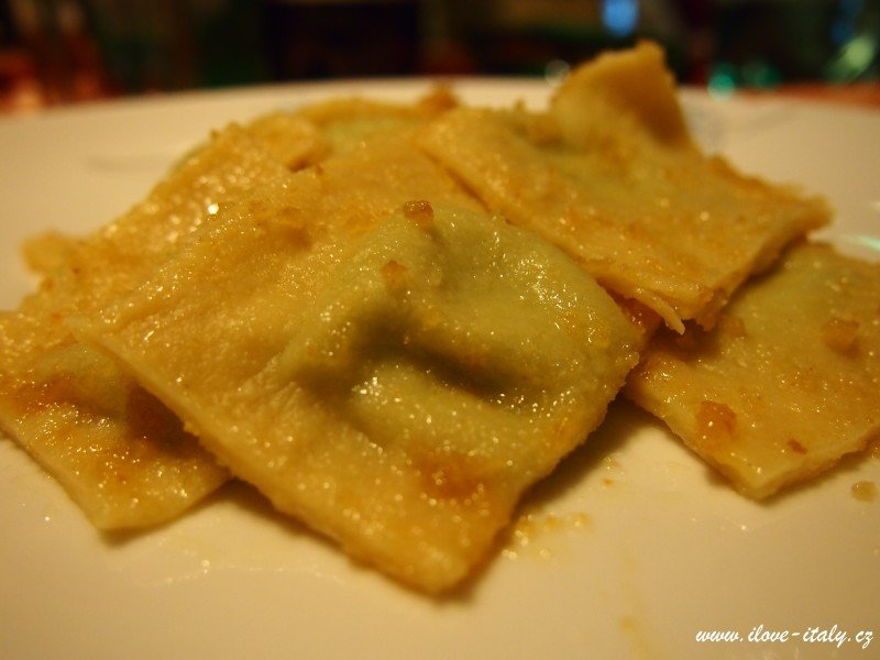 italské ravioli s máslem a šalvějí