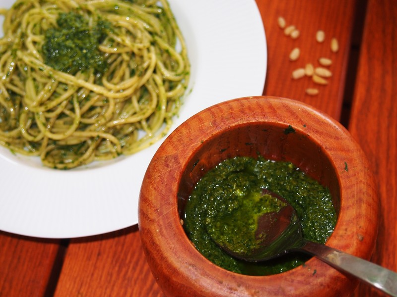 špagety s bazalkový pestem