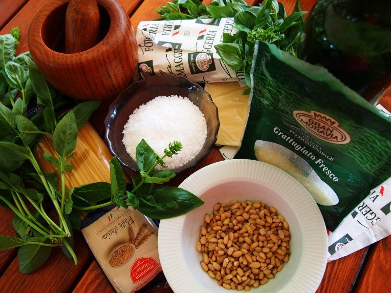 ingredience na bazalkové pesto