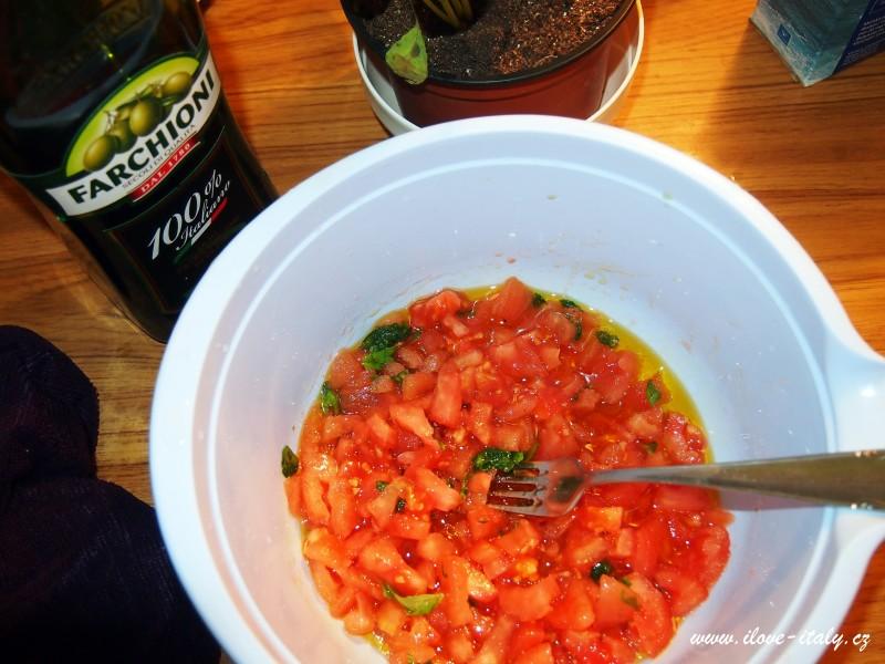drcená rajčata s bazalkou