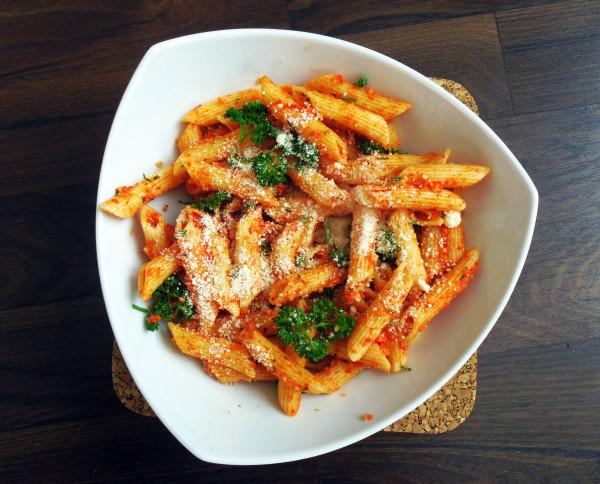 těstoviny s pečenou paprikou a sýrem
