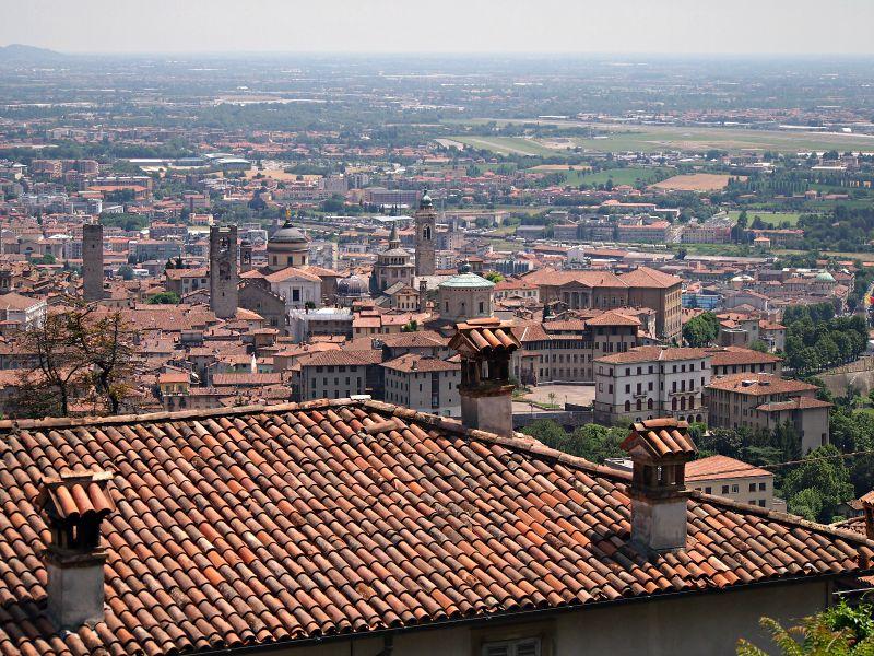 výhled na centrum města po cestě z hradu