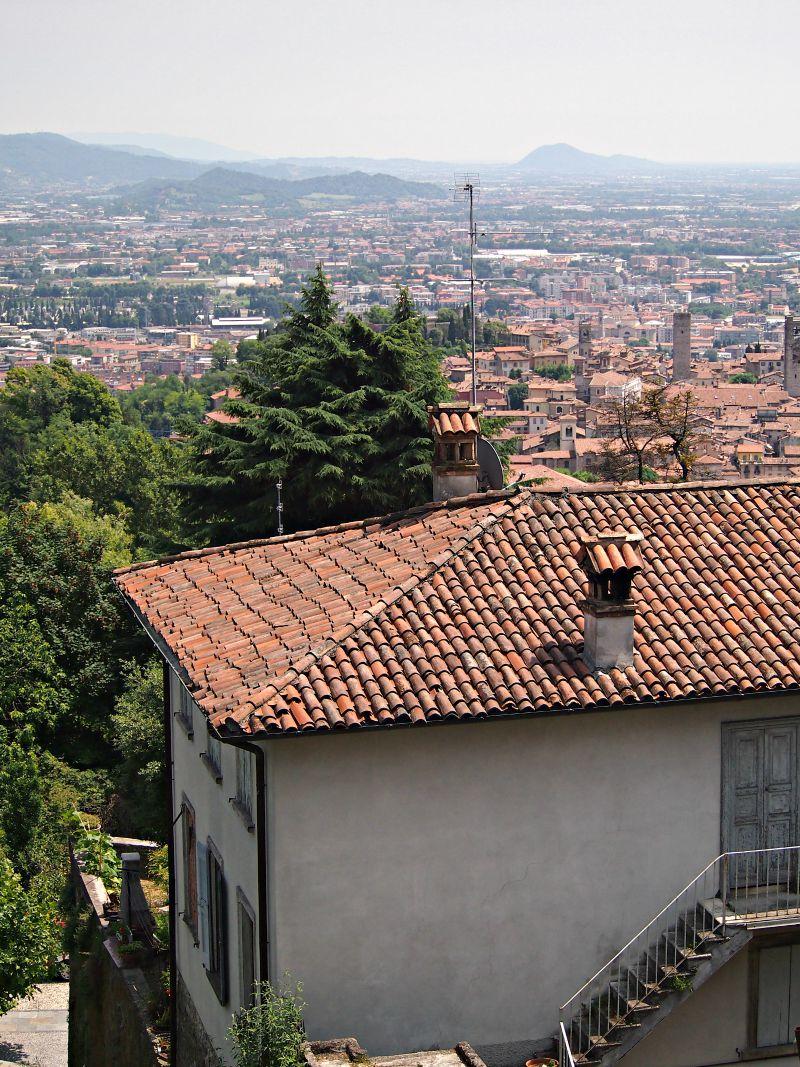 výhled na město cestou z hradu