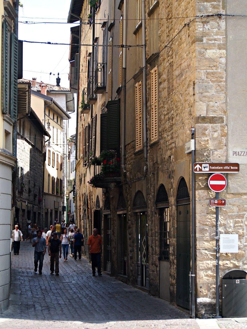 centrum města s úzkými uličkami