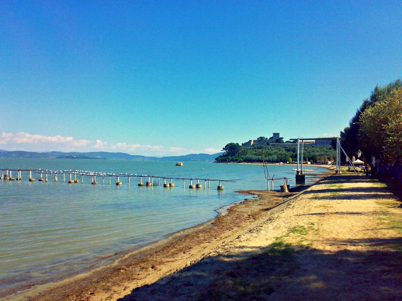 jezero trasimeno itálie pláže