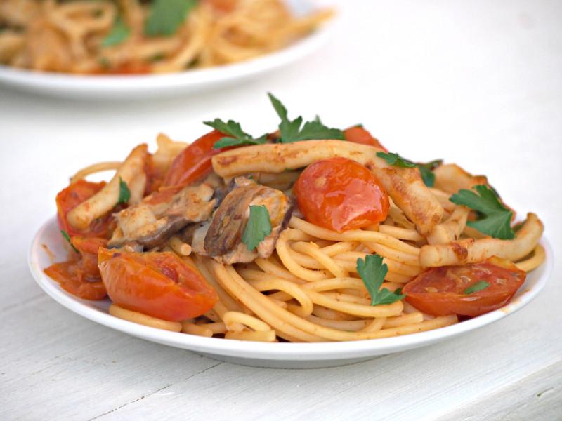 špagety a kalamáry