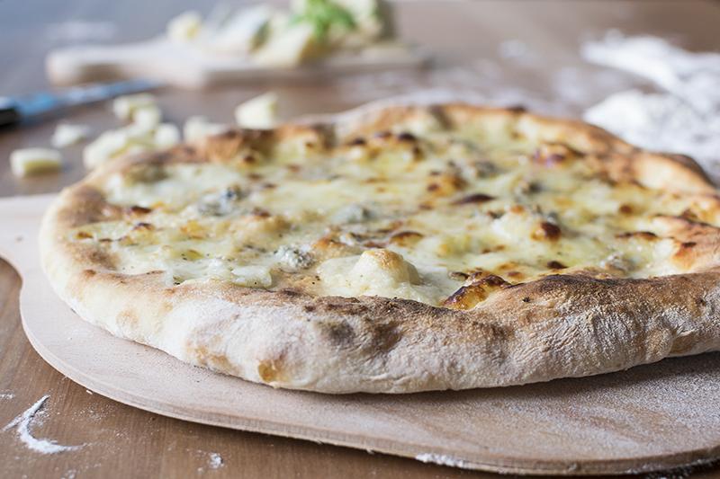 italská pizza upečená na pizza kameni