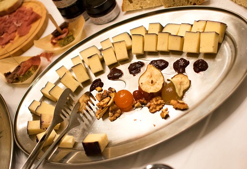 sýry, vinná marmeláda, hrušky, kandované ovoce